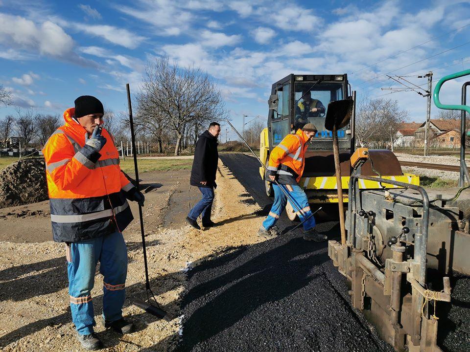 Zamenik predsednika opštine Šid Zoran Semenović obišao je danas radove na izlivanju asfalta u nastavku ulice Veljka Paunovića u Šidu.